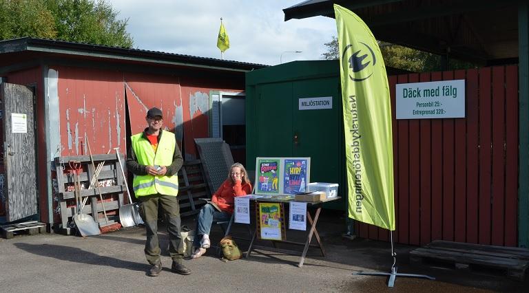 Miljövänliga veckan: Naturskyddsföreningen i Perstorp delar ut information på återvinningscentralen.